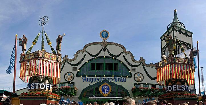 München_-_Oktoberfest_2013_-_Augustiner_Festzelt_(9939852114).jpg